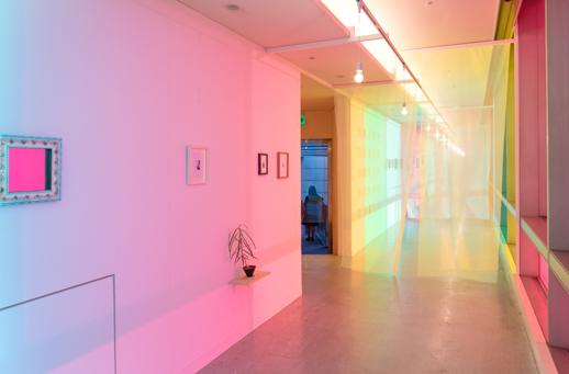 産業用タイルに絵画という手法、様々な素材の組み合わせによる作品の数々を飾るドリーミーな展示空間