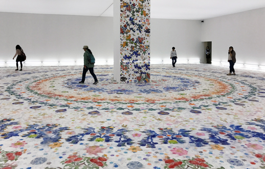 真っ白な空間から、床にひとつずつ花を描き満たされた空間に鑑賞者が入ることにより、時間と記憶が刻まれていく作品