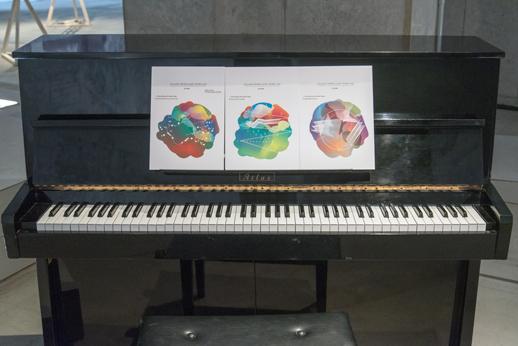 《3つのsystemとのインプロビゼーション》のための譜面とピアノ)